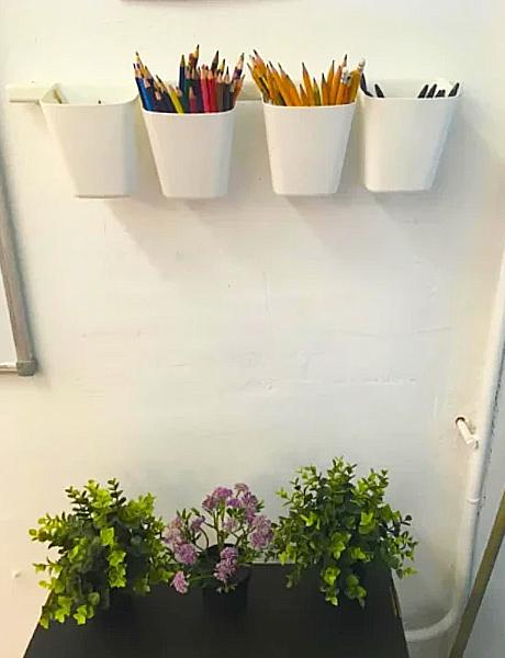 Подвесные контейнеры с карандашами и ручками для решения проблем, как «у меня ручка не пишет», «я забыл карандаш»